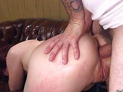 Мужчина активно трахает очко связанной потаскушки