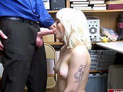 Симпотная девка трахнулась в подсобке с начальником охраны