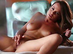 Молодая телка прильнула к пилотке руками на диване