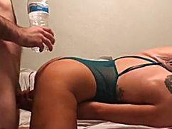 Устроив домашний секс чувак поставил раком и выебал телку