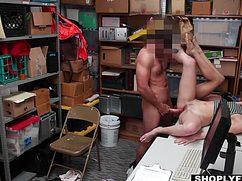 Начальник охраны страстно трахнул девок в подсобке