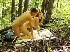 Телочка с парнем трахнулись в лесу и вместе кончили