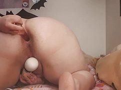 Упитанная мадам трахается секс игрушками на дому