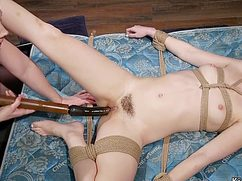Трахает связанную женщину разными секс игрушками