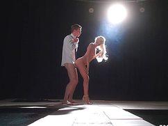 На большой сцене поимел блондинку в нежном формате