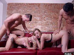 Увлекательная групповуха на диване в захватывающих позах