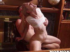 С ловкостью блондинка обращается с членом мужчины