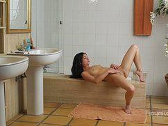 Стройная девушка мастурбирует свою влекущую интимную дырку