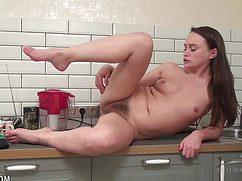Вылезла на стол и мастурбирует волосатую дырочку