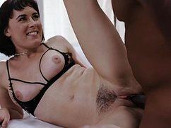 Истосковавшаяся по сексу баба подставил волосатку под негра