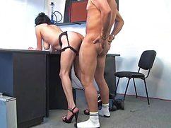 Руководитель трахнул секретаршу в офисе у стола