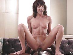 Оседлала пенис негра своей симпатичной киской
