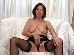 Зрелая женщина мастурбирует чтобы кончить