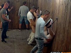 Похотливые парни трахают возбужденных шлюх в клубе
