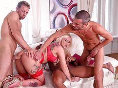 Опытные и хуястые мужики натянули блондинку в три члена