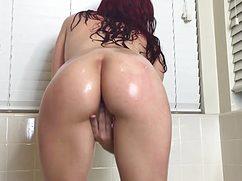 Сексуальная брюнетка тщательно подмывает киску пальчиками