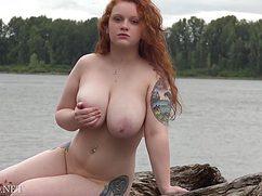 Эротично позирует на камеру голая телка на озере