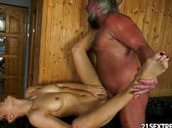 Любительница денег трахается со стариком в сауне