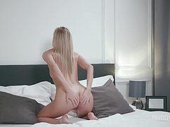Блондинка трогает влажные дырочки пальчиками
