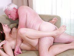 Худосочная деваха отлично поеблась с седым дедушкой