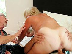 Седоволосый дед наблюдает за сексом супруги на кровати