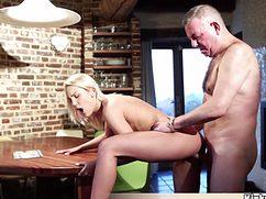 Выебал блондинку раком у деревянного стола