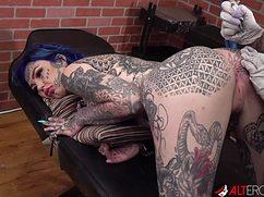 Похотливый татуировщик трахает бабу в тату
