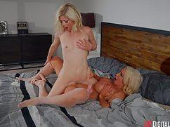 Впечатлительные блондинки трутся пилотками на большой кровати