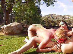Две подружки трахаются на лужайке в розовом стиле