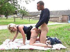 Ловкий мужичок оттрахал блондинку на полянке