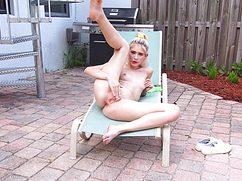 Блондинка увлеченно вставила пальчики в дырку и начала стонать
