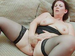 Зрелая женщина с сексуальном белье ласкает себя пальчиками