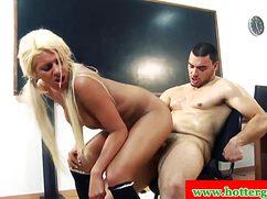 Фигуристая блондинка ебется с парнем в кабинете на столе