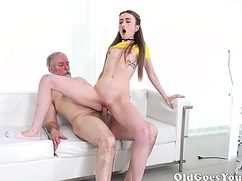 Пожилой выебал молодую стройную девушку