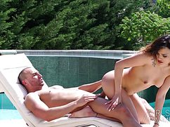 Неугомонная баба лижет анус и трахается с мужиком очень страстно