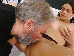 Отличная девушка трахается с седым дедушкой