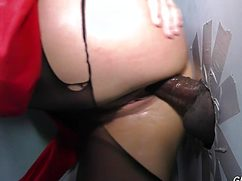 Попастая телка получила спонтанный  секс в попу через стену