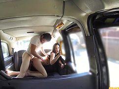 Знойная брюнетка подставляет свое гнездышко в такси
