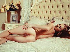 Сексуальная дамочка очень нескромно мастурбирует влагалище