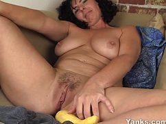 Зрелая полненькая домохозяйка мастурбирует кабачком письку