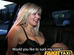 Толстяк ебет в такси смазливую блондинистую путану
