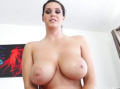 Дамочка с огромной грудью соблазнительно разделась перед сексом