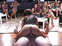 Горячая стервочка занялась сексом прилюдно в стриптиз клубе