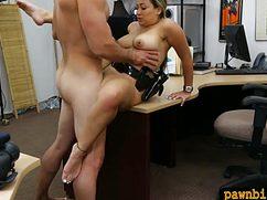 Влюбленная парочка развлекается ролевыми играми на работе