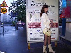 Русская девушка без трусиков гуляет по Москве и не стесняется