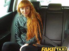 Страстный трах с рыжей худышкой в салоне автомобиля