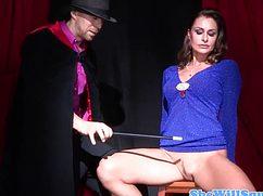 Фокусник очаровал свою ассистентку и засадил ей в киску