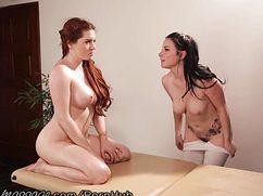 Горячие и голые на массаже предались лесбийскому сексу