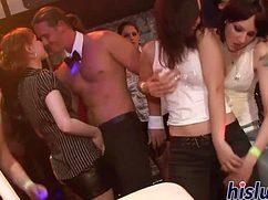 Девушки не брезгуют членами стриптизеров в ночном клубе