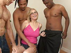 Грудастая блондинка в очках трахается с тремя мулатами